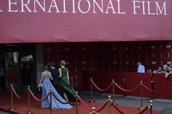 Традиционная красная дорожка... Гости ОМКФ буквально расцвели на ней (ФОТО)