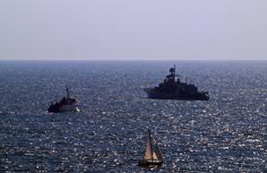 День флота в Одессе: цветы и флагман ВМС Украины напротив Ланжерона