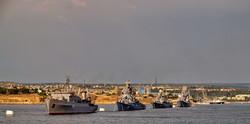 Строй кораблей ВМС Украины и Черноморского флота России в Севастопольской бухте