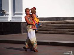 По одесскому Приморскому бульвару проехали детские коляски в виде вигвама, глобуса и корабля Супермена (ФОТОРЕПОРТАЖ)