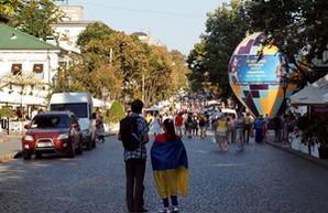 Празднование дня Города: на Дерибасовской стреляли, а в Горсаду сидели на гвоздях (ФОТО)