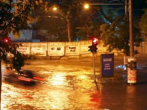 Ливень в Одессе превращает улицы в реки, а перекрестки в озера (ФОТО)