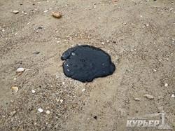 Экологи пытаются установить виновных в разливе нефтепродуктов у берегов Одессы (ФОТО)