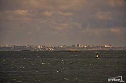 Обещанного шторма на одесском побережье пока нет (ФОТО)