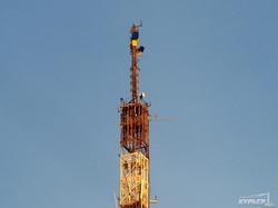 В Одессе на радиовышке повесили два флага Украины (ФОТО)