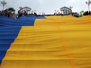 В Ильичевске развернули самый большой флаг Украины