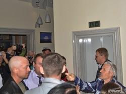 Пресс-конференция Шуфрича в Одессе не состоялась: политик испугался мусорного бака (ФОТОРЕПОРТАЖ)