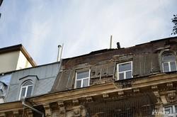 Одесситы бьют тревогу: в доме с Атлантами – трещина (ФОТО)