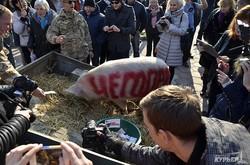 Как возле обладминистрации свинью люстрировали (ФОТО)