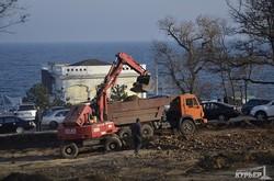 На Ланжероне срезают склон и пилят деревья: парковки вместо парка (ФОТО)