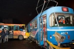 Сегодня утром маршрутный автобус врезался в трамвай