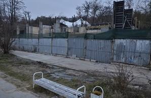 Бывший депутат строит бетонное здание на пляже Отрада (ФОТО)