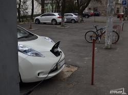 Только в Одессе: на парковке заряжается авто будущего (ФОТОФАКТ)