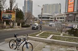 Будущее трамвайное кольцо в Аркадии: пока еще склон с соснами и пустым постаментом (ФОТО)