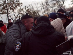 Акция протеста на Ланжероне: одесситы собирают подписи, а вооруженный охранник владельца дельфинария нападает на людей (ФОТОРЕПОРТАЖ)
