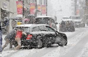 Одесса в снежной блокаде: все трассы перекрыты