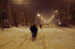 Заснеженная Одесса вечером: сугробы, застрявшие авто, пешеходы и последний троллейбус (ФОТО)