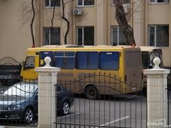 Одесская милиция приехала охранять Приморский суд на школьном автобусе (ФОТО)