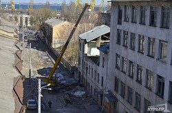 Заброшенные строения на Деволановском спуске расчищают от последствий разрушений (ФОТО)