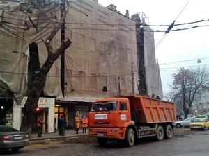 На одесский дом Руссова обрушилось дерево (ФОТО)