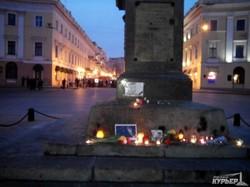 Одесситы собрались у Дюка в память Бориса Немцова (ФОТО, обновлено)