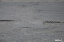 Улица Генуэзская: снег растаял вместе с асфальтом (ФОТО)