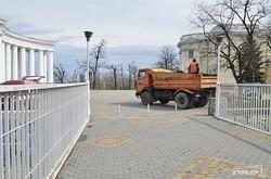 Одесские склоны и бульвар Жванецкого убирают от мусора (ФОТО)