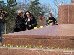Одесситы в ожидании Президента возлагают цветы к памятнику Неизвестному Матросу (ФОТО)