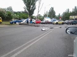 В Одессе на Овидиопольской дороге машина снесла столб и заблокировала движение (ФОТО, ВИДЕО)