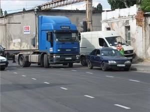 На одесской Пересыпи столкнувшиеся машины перекрыли дорогу (ФОТО)