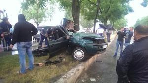 В Одессе машина врезалась в дерево (ФОТО, обновлено)