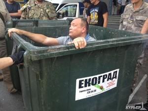 Милиция ищет мусорных люстраторов одесского депутата