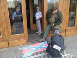 Под Одесской обладминистрацией требуют голову Маркова и вытирают ноги о флаг сепаратистов (ФОТО)