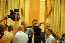 На сессии Одесского горсовета драка: депутаты не стали признавать Россию агрессором (ФОТО, ВИДЕО)