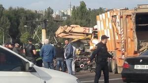 Около одесского автовокзала мусоровоз врезался в автовышку (ФОТО)