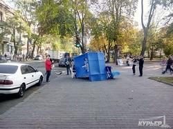 """В Одессе сдуло ветром агитпалатку """"Оппоблока"""" (ФОТО)"""