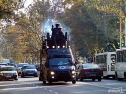 Кандидат в мэры Одессы колесит по городу на дымящемся микроавтобусе без номеров (ФОТО)