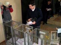 Саакашвили приехал голосовать на велосипеде (ФОТО)