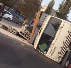 В Одессе перевернулся КАМАЗ с бетонными плитами (ВИДЕО)