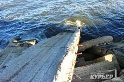 Опасную дамбу на окраине Одессы продолжают укреплять строительным мусором (ФОТО)