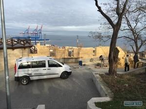 К старинной башне бывшей Одесской крепости пристраивают псевдоаутентичный новодел
