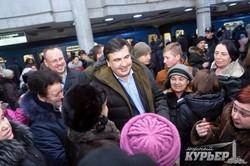 Саакашвили борется с коррупцией селфи-фотосессией в харьковском метро (ФОТО)