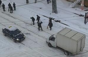 Улицу в центре Одессы расчищают военные (ФОТО)