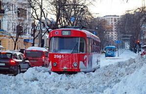Некоторые одесские трамваи уже третьи сутки стоят на улице в снегу (ФОТО)