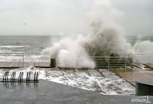 Во время шторма на одесском побережье волна смыла в море человека