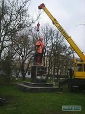 В Одесской области памятник Ленину рассыпался на части во время демонтажа