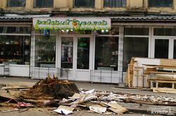 Вместе c цветочной торговлей около Нового рынка в Одессе спилили деревья (ФОТО)
