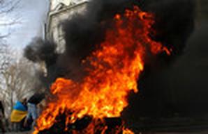 Центр Одессы заволокло дымом: протестующие под прокуратурой зажгли шины (ФОТО)