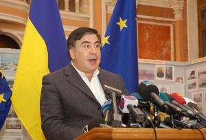 Центральная власть Украины капитулировала перед местными сепарами,- Саакашвили