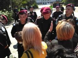 Профессор Одесского университета  бросается на полицейских, охраняющих Куликово поле (ФОТО, ВИДЕО)